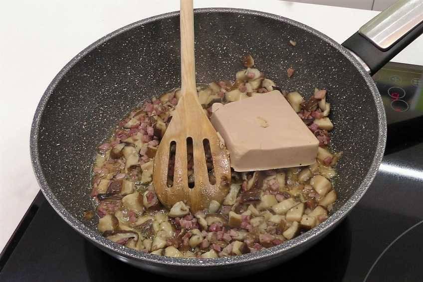 Paso 2 de Empanadillas con revuelto de setas y foie
