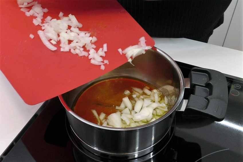 Paso 1 de Codillo de cerdo al horno con patatas