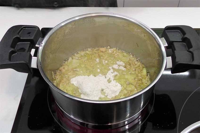 Paso 3 de Codillo de cerdo al horno con patatas