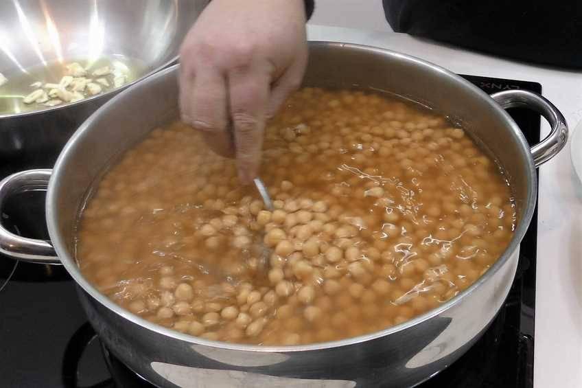 Paso 1 de Garbanzos con secreto y salsa picantona
