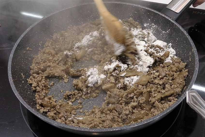 Paso 4 de Berenjenas rellenas de carne y gratinadas al horno