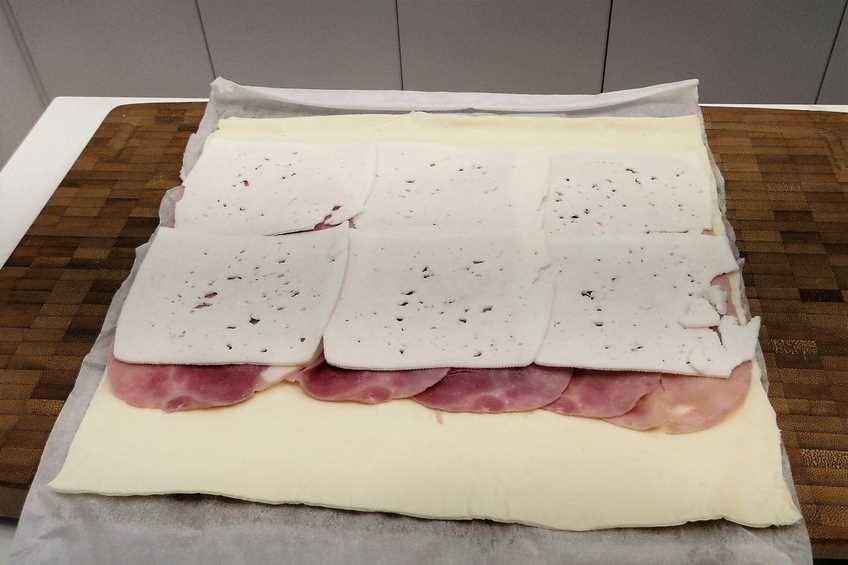 Paso 1 de Sándwich de jamón y queso enrollado