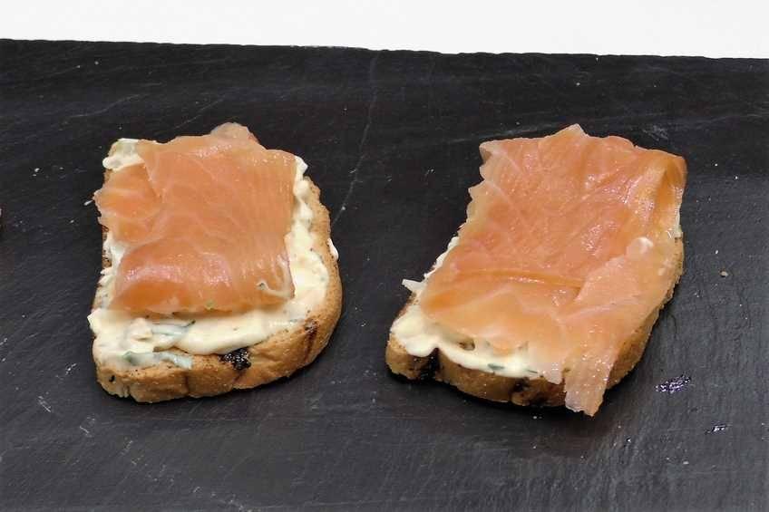 Paso 2 de Tostas de salmón con salsa tártara