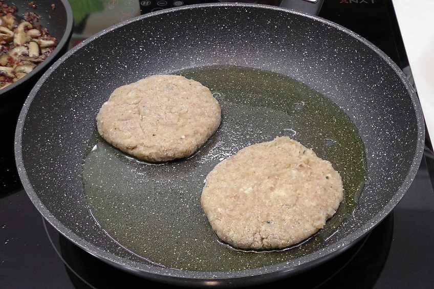 Dar forma a las hamburguesas de pollo y cocinarlas