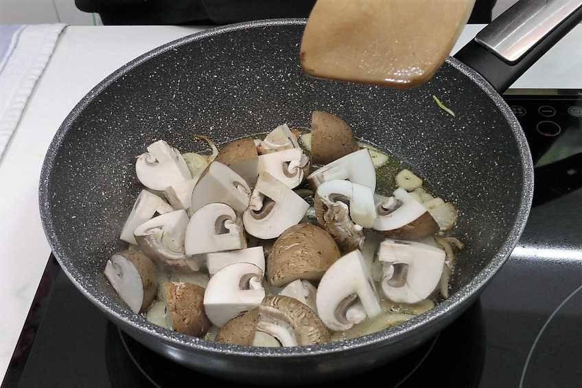 Paso 6 de Pimientos rellenos con salsa de hongos y foie