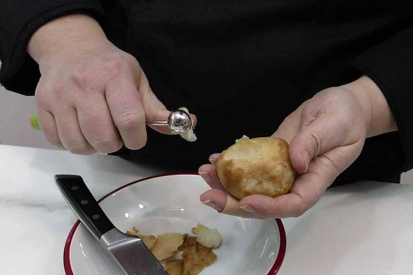 Paso 1 de Patatas rellenas con revuelto de morcilla