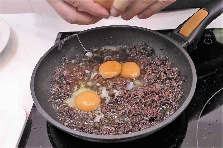 Paso 4 de Patatas rellenas con revuelto de morcilla