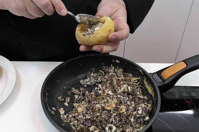 Paso 5 de Patatas rellenas con revuelto de morcilla
