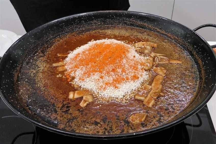 Agregar el arroz y freírlo