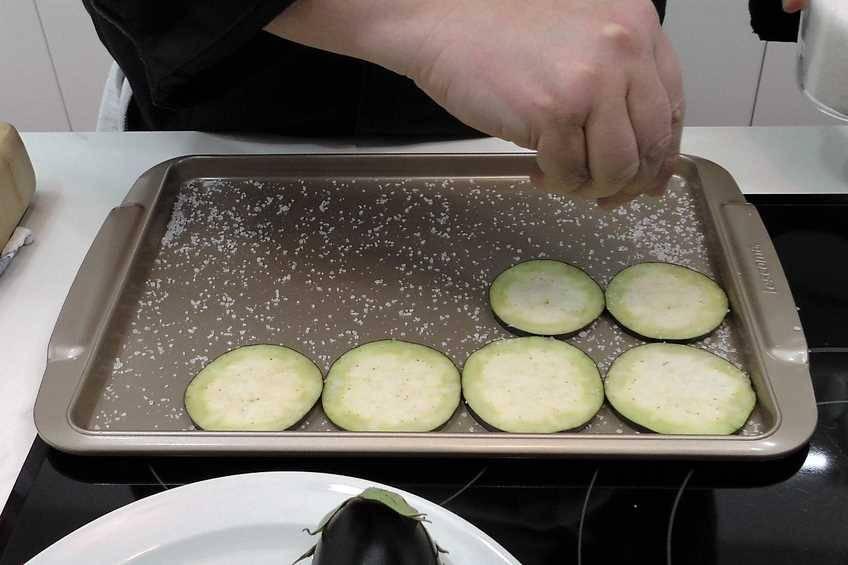 Paso 1 de Berenjena frita muy crujiente y truco para quitar el amargor