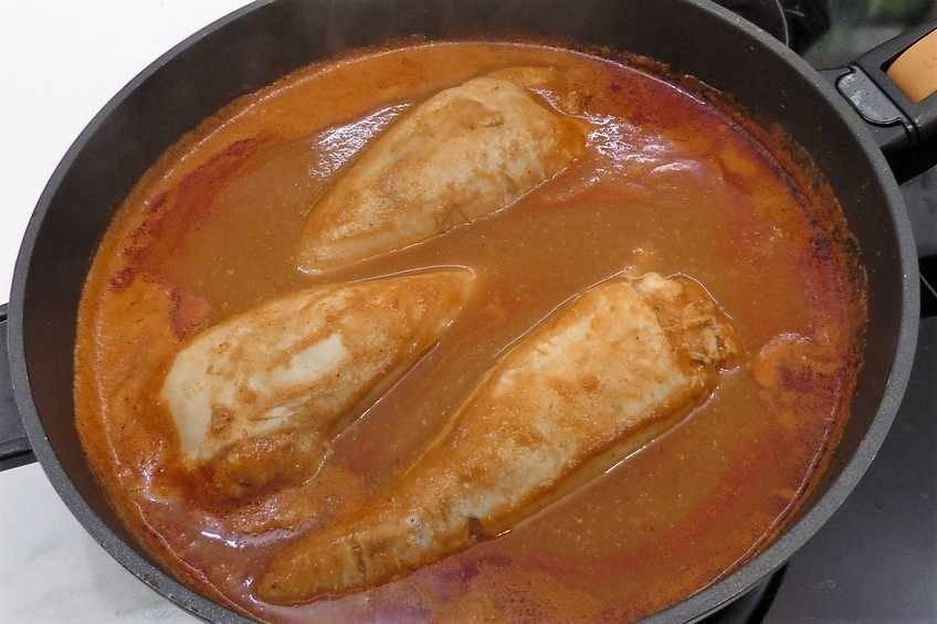 Paso 6 de Calamares rellenos de rape y langostinos con salsa americana