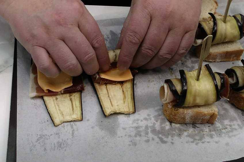 Paso 4 de Rollitos de berenjena, jamón y queso