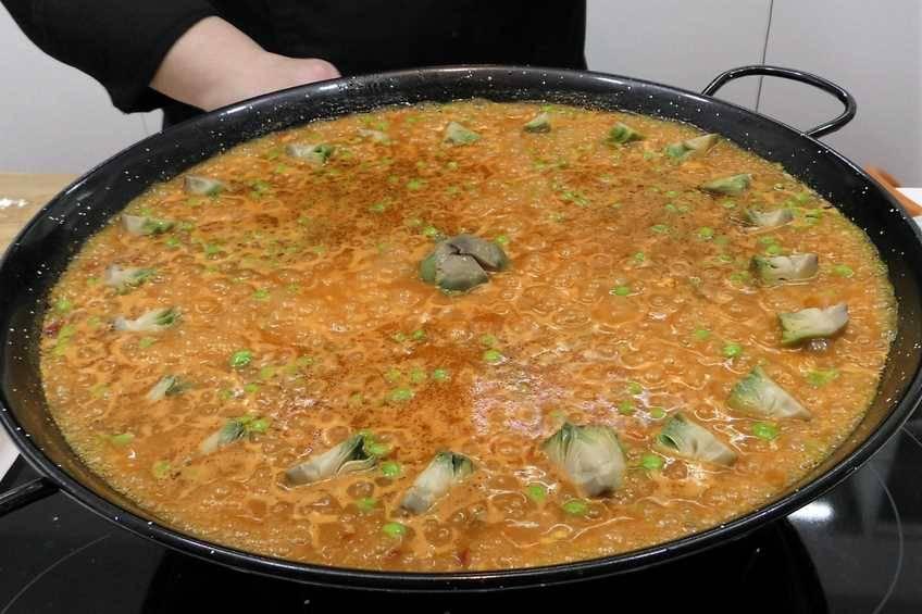 Paso 7 de Paella de arroz con magro de cerdo y verduras de temporada