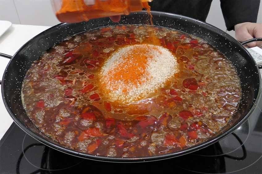 Paso 4 de Paella de arroz con bacalao a la riojana