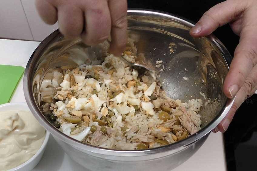 Paso 2 de Tomates rellenos con ensaladilla de arroz