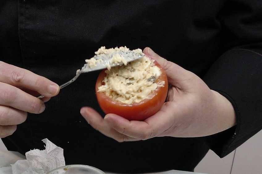 Paso 5 de Tomates rellenos con ensaladilla de arroz