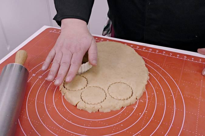 Cortamos con un molde nuestros mantecados