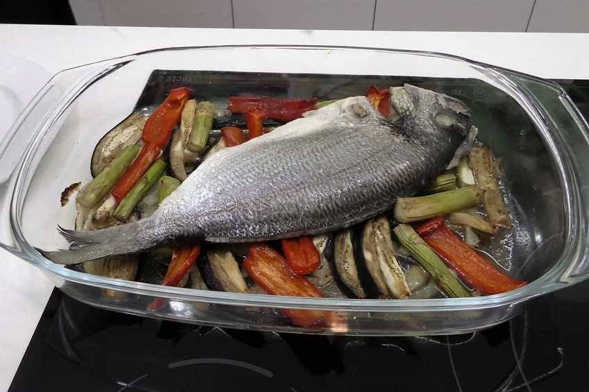 Paso 3 de Dorada al horno con verduras para dieta