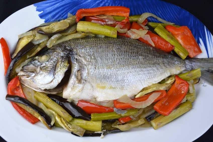 Paso 4 de Dorada al horno con verduras para dieta