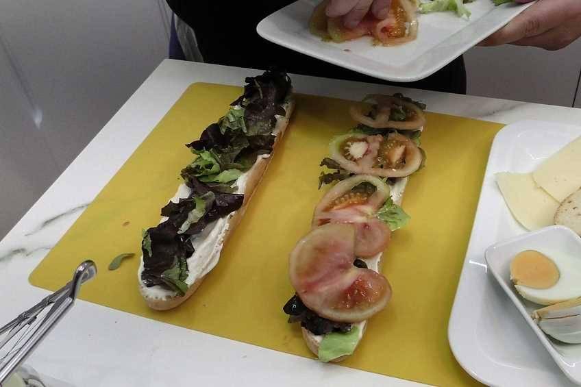 Paso 3 de Bocadillo vegetal con pan casero