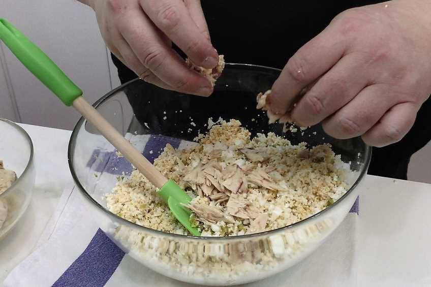Paso 1 de Pastel de pan de molde con ensaladilla de atún