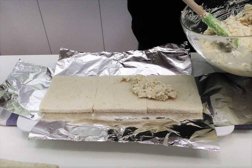 Paso 3 de Pastel de pan de molde con ensaladilla de atún