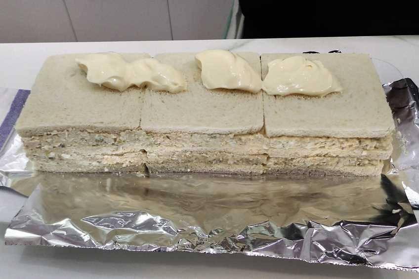 Paso 4 de Pastel de pan de molde con ensaladilla de atún