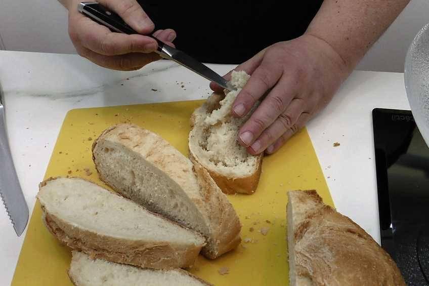 Paso 1 de Cómo hacer ajoblanco, receta típica de Málaga