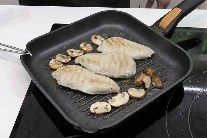 Paso 4 de Pechugas de pollo con salsa cremosa de champiñones