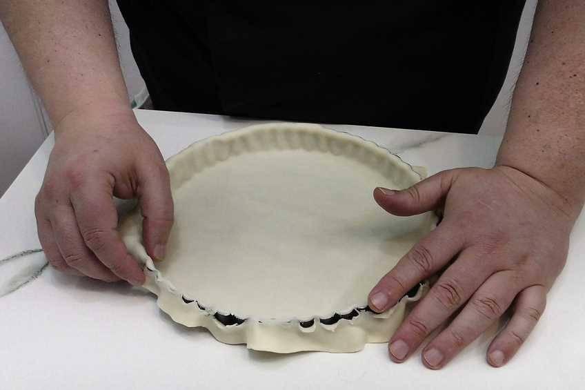 Colocar la lámina de masa brisa en el molde