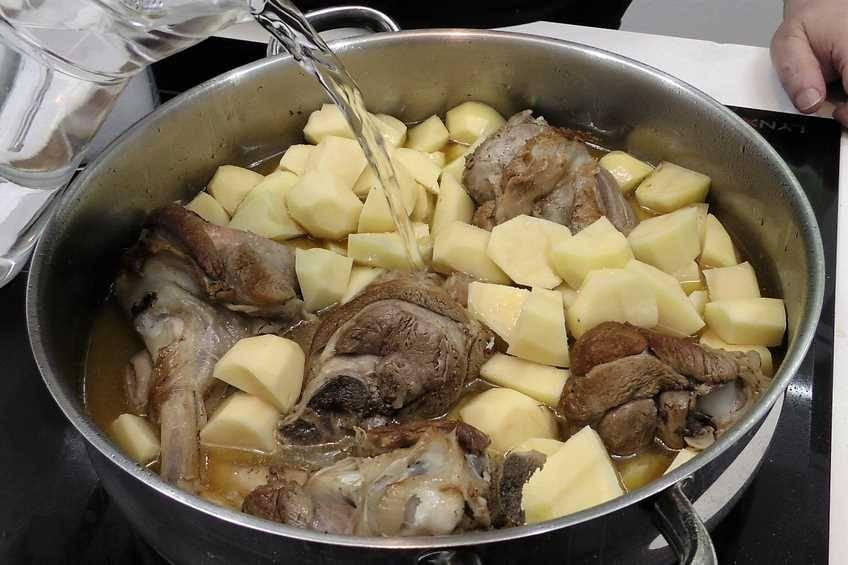 Paso 3 de Jarretes de cordero asados en cazuela con patatas