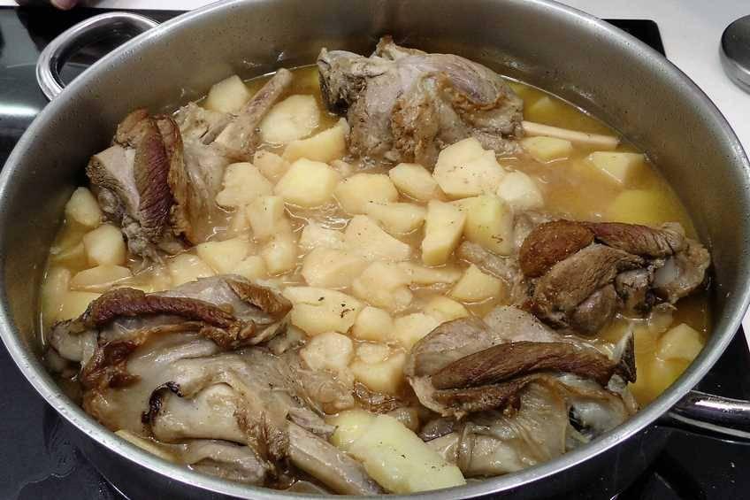 Paso 4 de Jarretes de cordero asados en cazuela con patatas