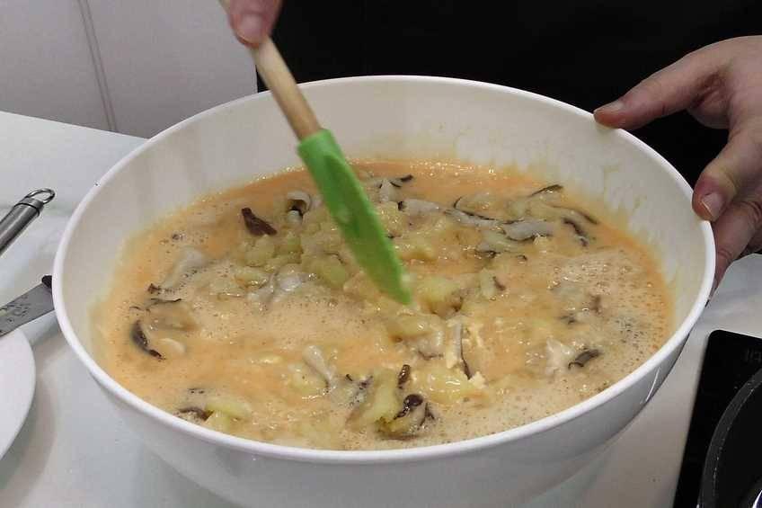 Paso 3 de Tortilla de patata y setas con alegrías riojanas