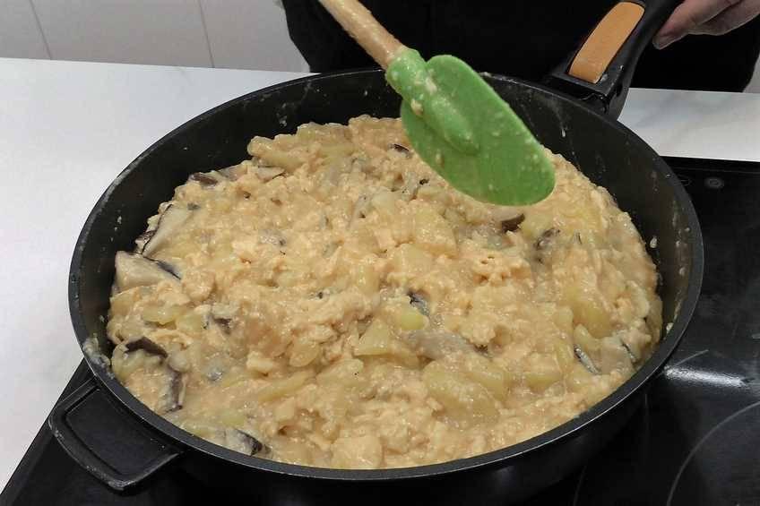 Paso 4 de Tortilla de patata y setas con alegrías riojanas