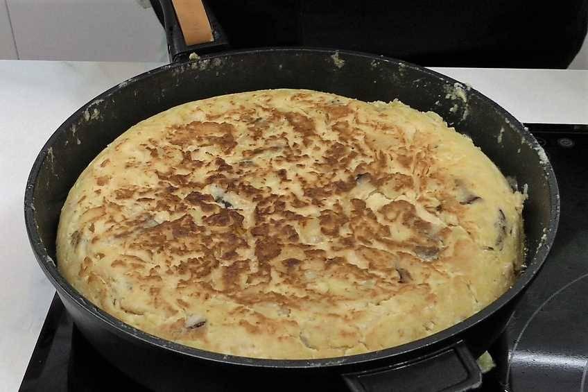 Paso 5 de Tortilla de patata y setas con alegrías riojanas