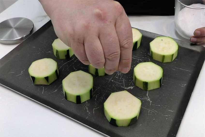 Paso 1 de Pinchos de calabacín gratinados