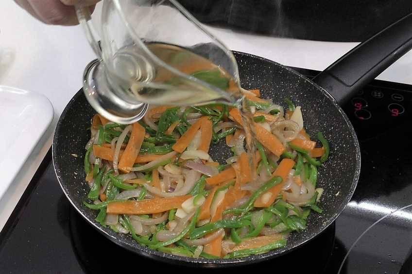 Paso 1 de Bacalao con verduras en papillote ideal para hacer dieta
