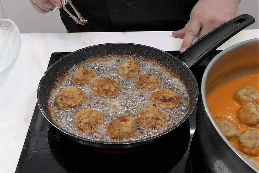 Paso 5 de Albóndigas de pollo con salsa de piquillo