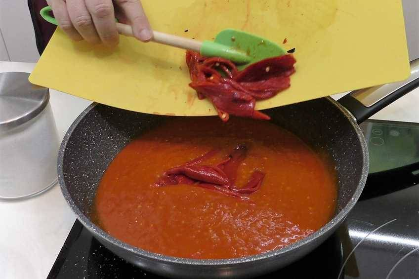 Paso 1 de Huevos escalfados con salsa de tomate casera