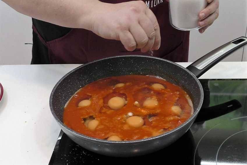 Paso 3 de Huevos escalfados con salsa de tomate casera