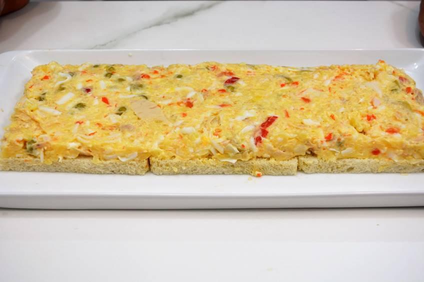 Paso 2 de Pastel de ensaladilla y pan de molde