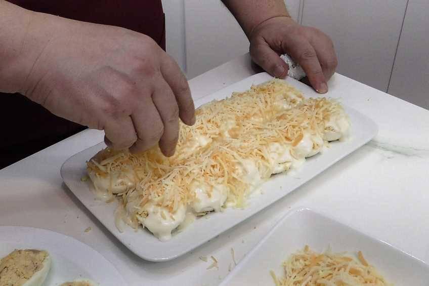 Paso 3 de Huevos rellenos de atún gratinados