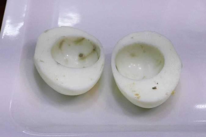Paso 1 de Huevos rellenos de marisco