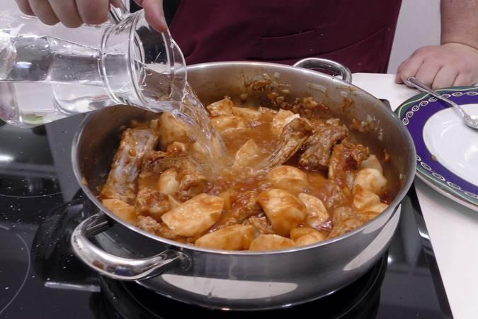 Paso 4 de Como hacer patatas con costilla de cerdo