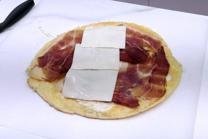 Paso 3 de Rollitos de tortilla con jamón y queso