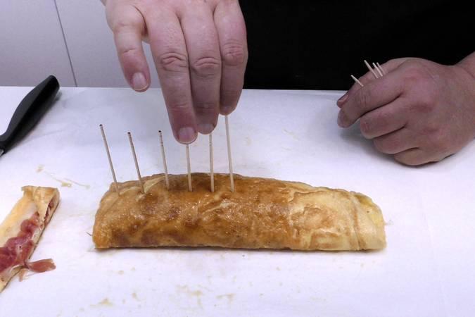 Paso 4 de Rollitos de tortilla con jamón y queso