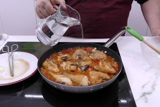 Paso 4 de Receta de pollo en salsa a la riojana con patatas