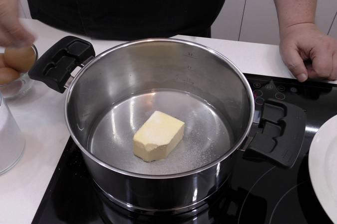 Derretir la mantequilla junto con el agua, el azúcar y la sal