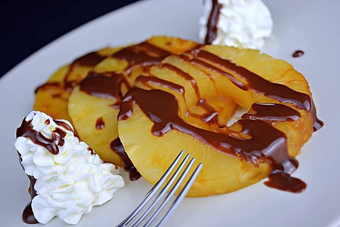 Paso 4 de Piña a la plancha con chocolate y crema de queso