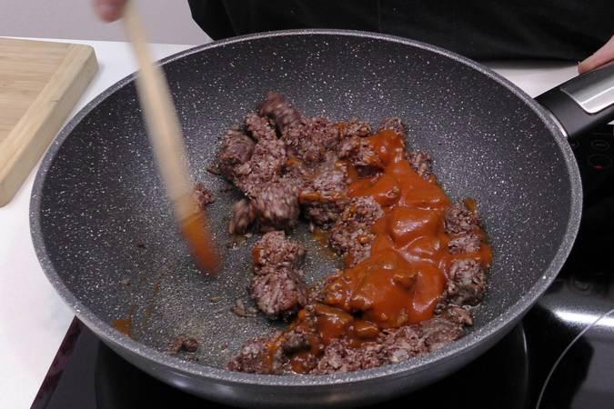 Paso 1 de Pimientos rellenos de morcilla con salsa de tomate